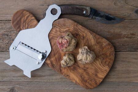 truffe blanche: Vue de dessus alba truffe blanche à bord de bois et truffle'sknife