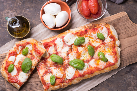 長方形の形および厚さの手のピザを作りました