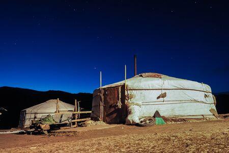 Traditionelle mongolische Yurta in der Orkhon-Region bei Nachtlichtern