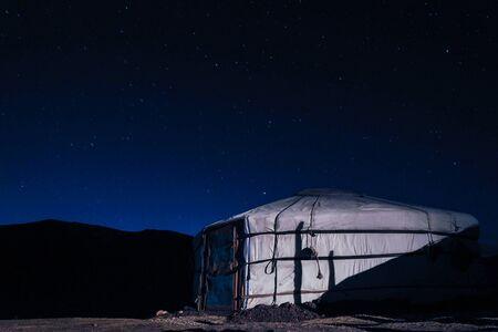Traditionelle mongolische Yurta in der Region Orkhon bei Nachtlichtern