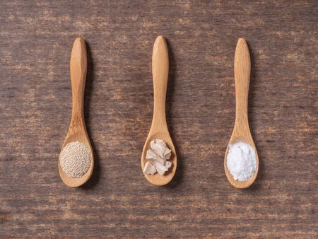 dry yeast, fresh yeast and instant yeast on top view wood table composition Banque d'images