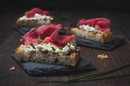 Smoked tuna crouton with cream chese and chives