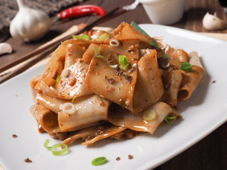 Biang Biang noodles served with chili powder, garlic, spring onions and soya sauce Archivio Fotografico