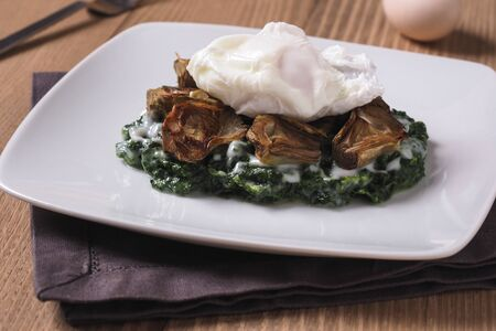 New Orleans traditional eggs sardou, louisiana food  with spinach cream, artichokes, poached eggs and hollandaise sauce Archivio Fotografico