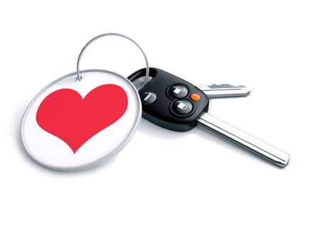 열쇠 고리와 붉은 심장 아이콘 자동차 키의 집합입니다. 사람들이 자동차를 어떻게 사랑하는지에 대한 개념은 운전하고 감정적으로 애착을 나타내며  스톡 콘텐츠