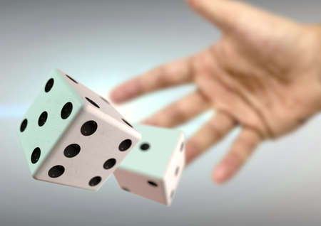뒤에 렌즈 플레어 카지노에서 2 주사위를 던지는 손. 보드 게임이나 도박. 내기를 할 기회.
