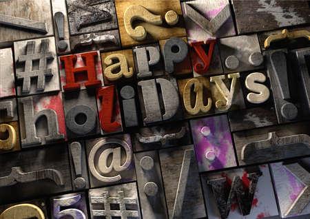 해피 홀리데이! 레트로 나무 인쇄 블록 축제 시즌과 휴가의 휴일을 축 하하기. 나무 잉크에 제목 인쇄 블록을 산 산 조각. 지저분한 타이 포 그래피 질 스톡 콘텐츠