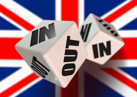 백그라운드에서 깃발을 들고 유럽 연합 (EU)을 떠난 영국에 대한 주사위를 던지기 (In or Out). 독립을 투표하고 EU를 탈퇴하는 시민을위한 개념.
