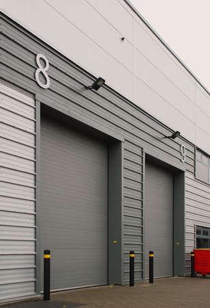 bedrijfshal: Rijden in deuren x 2 Stockfoto