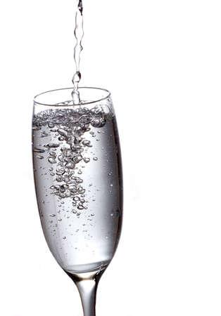Champagner in Flöte gegossen wird.