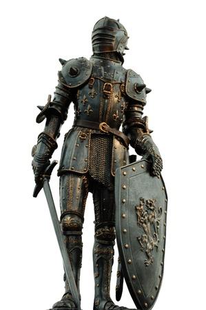 espadas medievales: caballero medieval con armadura de cuerpo completo