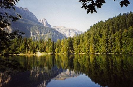 Tovel Lake in Dolomieten landschap, Trentino - Italië