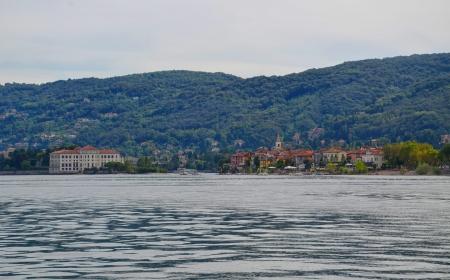 Borromean Palace in the Isola Bella and the Isola dei Pescatori  or Isola Superiore  on Maggiore Lake, Italy  Banco de Imagens