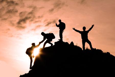 Escaladores jóvenes y ayuda espiritual