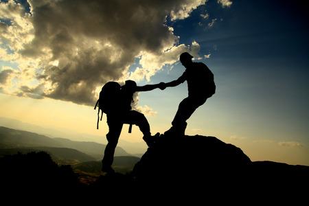 登山者のシルエットを助ける