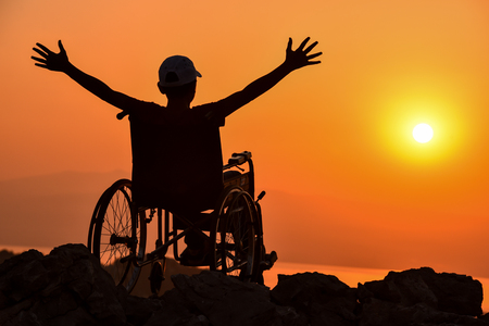 persona en silla de ruedas: El joven amor y el sol discapacitados