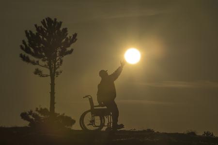 aanbieding raakt mensen met een handicap aan Stockfoto