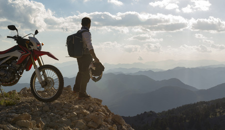 motorcyclist observing the mountain range Standard-Bild
