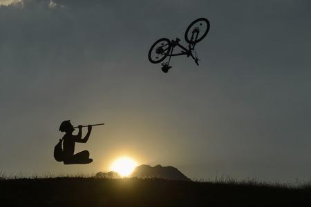 arbitrario: Sunrise bike arbitrary therapy Foto de archivo