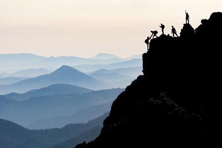 Escalada de roca y alpinismo y alpinista ayuda Foto de archivo - 76747826