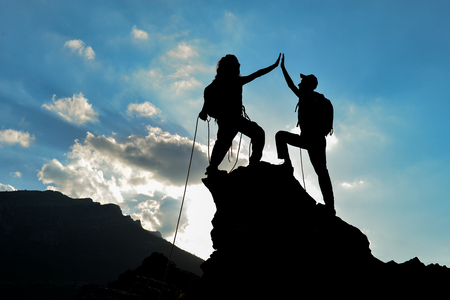 Kletterer über den erfolg der target & kletterer silhouette Standard-Bild - 80548759