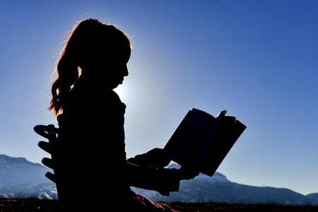 silhouette of girl who reads Banque d'images - 92806506