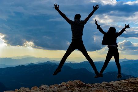 couple rebondissant, vie enthousiaste et amusante
