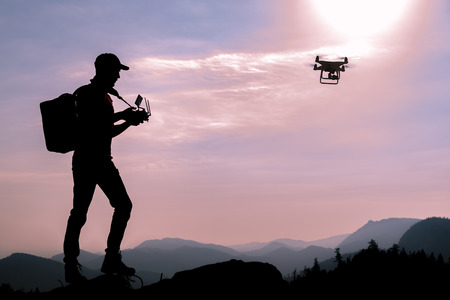 Man using drones in the mountains Banque d'images