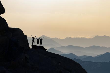 Scalatori che si godono la vista sulle montagne dopo una salita riuscita