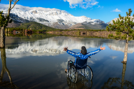 magnificent view of the lake and the people in the wheelchair Reklamní fotografie