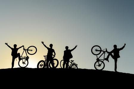 jeunes cyclistes, objectif de pointe réussi Banque d'images