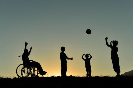 Einbeziehung einer Person mit Behinderung in das Spiel Standard-Bild