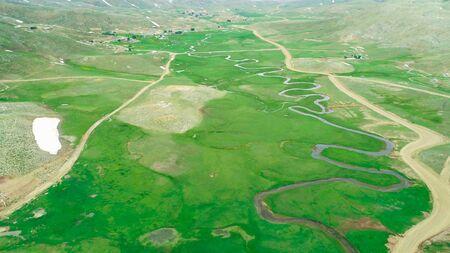 grandes áreas de meseta, cuencas de agua y hábitats