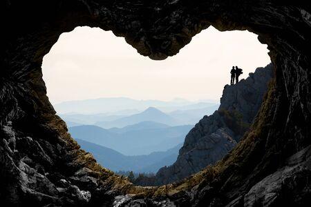 Parejas de escaladores explorando juntos lugares místicos. Foto de archivo