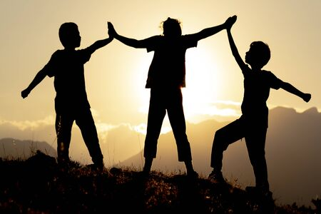 If we hold each other's hands and make them motivated, we can do good work and believe it! Imagens