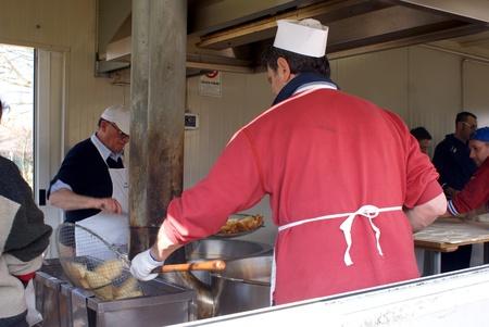 sunday market: Fontanellato, Parma, Italia - 03 de marzo 2013 Cooks, en un kiosco, preparar la famosa Emilia s Fried Cake, en el mercado de los domingos en Fontanellato, Italia
