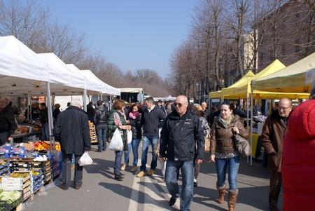 sunday market: Fontanellato, Parma, Italia - 03 de marzo 2013 Los clientes que miran a su alrededor a los productos vendidos en puestos de venta en el mercado de los domingos en Fontanellato, Parma