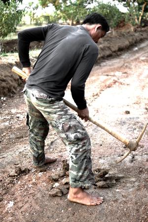 prospector: SA Kaew, Tailandia - el 09 de febrero 2014: Buscador de oro en busca de oro en el campo alrededor de Sa Kaew, Tailandia. Editorial