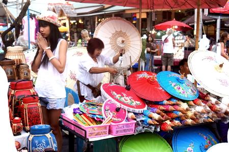 sunday market: CHIANG MAI, Tailandia - el 16 de febrero 2014: Los turistas y transe�ntes paseando entre los puestos y artistas de la calle del mercado de los domingos en Chiang Mai, Tailandia.