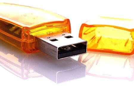 Gros plan sur une clé usb jaune