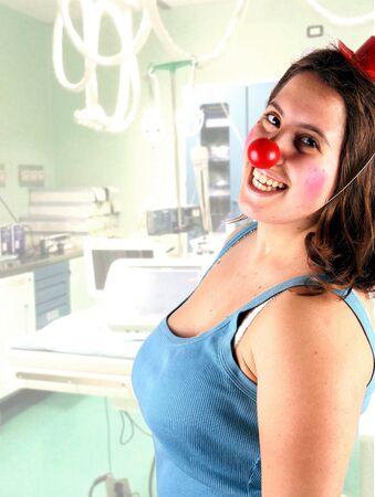 payaso: Retrato de una mujer joven que hace la terapia de payaso