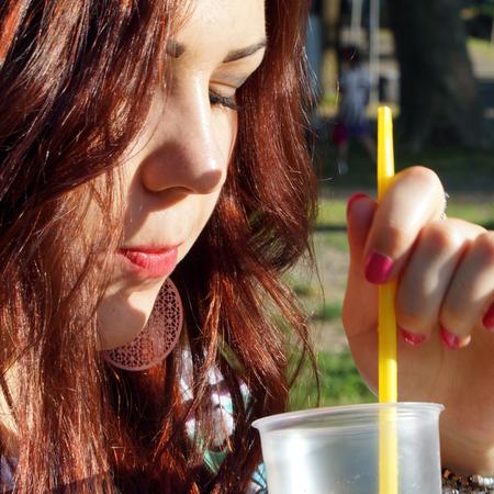 granizados: Se�ora joven que come aguanieve en el parque