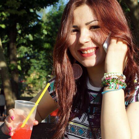 slush: Jeune femme de manger la neige fondante dans le parc Banque d'images