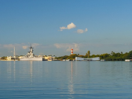 a wide angle view of the uss missouri and the arizona memorial at pearl harbor, hawaii 写真素材 - 117199488