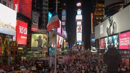 NEW YORK, NEW YORK, USA - 12 SETTEMBRE 2015: ampia vista del traffico e della folla al Times Square elettrico di notte