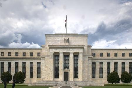 nuvole temporalesche dietro l'esterno dell'edificio della Federal Reserve