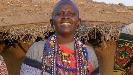 Nahaufnahme einer Massai-Frau, die in einem Dorf in der Nähe von Masai Mara . singt