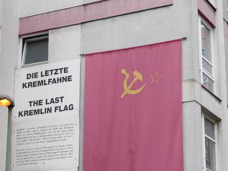 eine nachbildung der sowjetischen flagge in der nähe von checkpoint charlie in berlin, deutschland