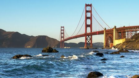 le pont du Golden Gate de la plage de marshall au coucher du soleil à san francisco