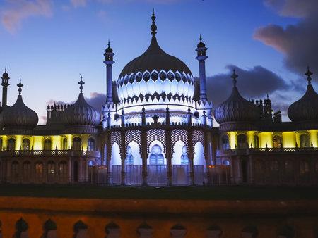 BRIGHTON, Inglaterra - 4 de octubre de 2017: frente al histórico pabellón de Brighton en la noche